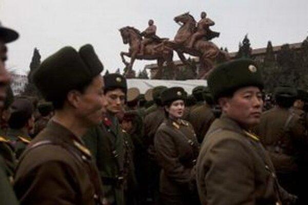 Bronzová socha Kim Čong-ila a jeho otca Kim Ir-sena.