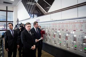 Premiér Robert Fico s ministrom hospodárstva Petrom Žigom (vpravo) v júli oznámili, že v spore s Enelom štát nebude platiť ani korunu.