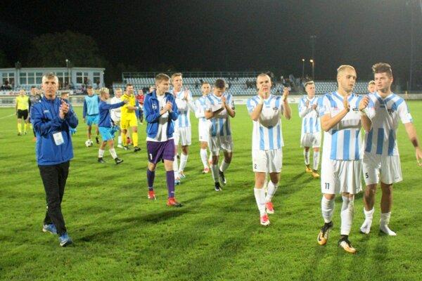 Záverečná ďakovačka zverencov Martina Babinca. Celkom vpravo autor jediného gólu, stopér Róbert Kóša.