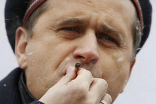 Janusz Palikot fajčí marihuanovú cigaretu pred poľským parlamentom.