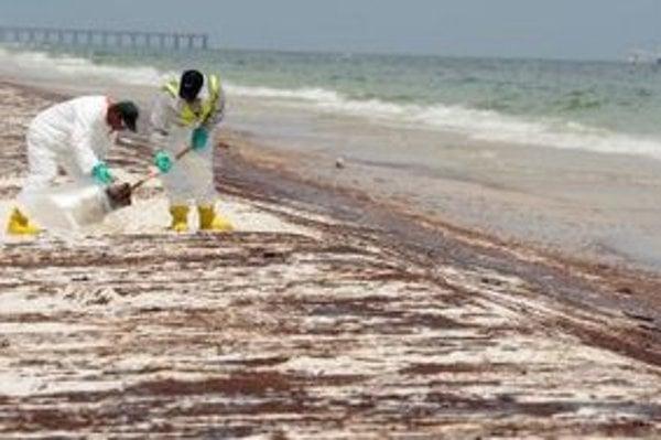 Čistenie floridskej pláže Pensacola Beach od nánosov ropy z potopenej plošiny Deepwater Horizon v Mexickom zálive.
