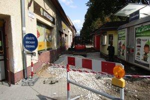 Na Bernolákovej sa opravil najkritickejší úsek chodníka.