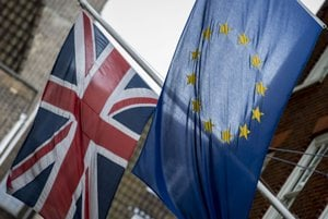 Zástava EÚ (vpravo) a britská zástava.