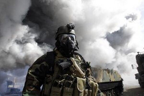 Americký vojak v protichemickom obleku.