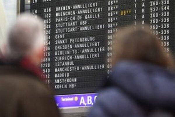 Pasažieri sledujú informácie o zrušených letoch.