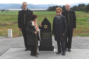 Dve preživšie holokaustu - Ružena Becková (druhá zľava) a Dagmar Lieblová (druhá sprava).