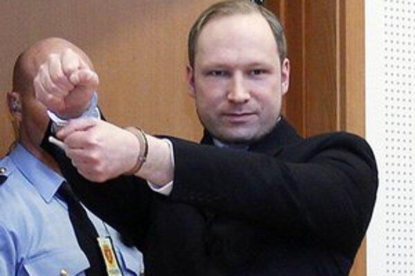 Anders Behring Breivik prichádza na súdne pojednávanie v Oslo.