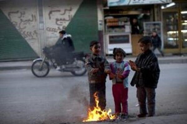 Deti si zohrievajú ruky na ulici sýrskeho mesta Idlibe.