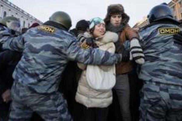 Opozičných aktivistov držali hodiny v policajnom aute.