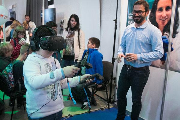 Návštevník stánku virtuálnej reality počas Európskej Noci výskumníkov 2017 v Starej tržnici v Bratislave.