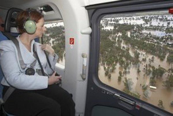 Austrálska premiérka Julia Gillardová sleduje záplavy z vrtuľníka.