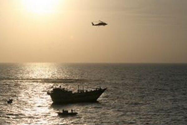 Nad pirátskym plavidlom krúži americká námorná helikoptéra.