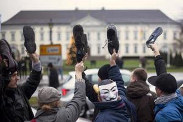 Asi tristo Nemcov cez víkend vyjadrilo prezidentovi Christianovi Wulffovi pohŕdanie podľa arabského vzoru – topánkami.