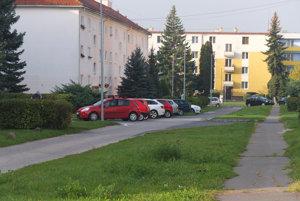Zelený pás na Jiráskovej sa zmení na parkovacie miesta.