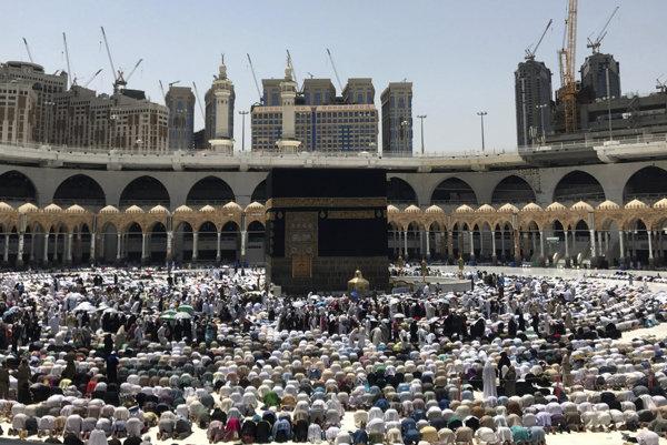 Moslimskí pútnici vo Veľkej mešite v Mekke.