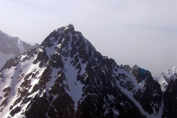 Končiare Tatier sú už pod snehom. Záber na Lomnický štít.