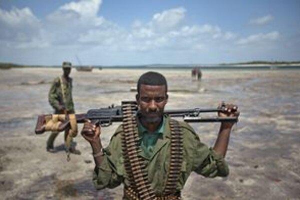 Somálsky vojak hliadkuje na pláži pri meste Bur Garbo.
