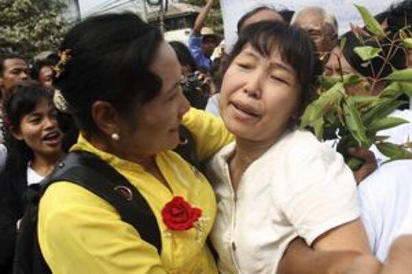 Prepustených barmských disidentov vítali pred väznicou stovky ľudí. Dúfajú, že sa za mreže už nevrátia.