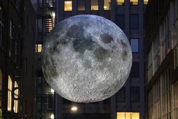 Luke Jerram prináša Mesiac na Zem.
