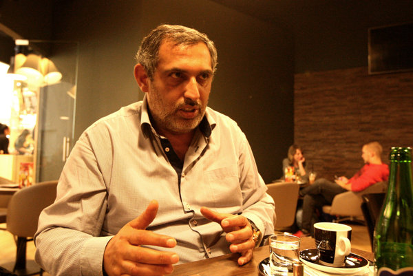 ALEXANDER DAŠKO je rómsky hudobník a aktivista.