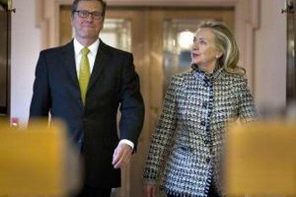 Americká šéfka diplomacie Hillary Clintonová a s nemeckým rezortným kolegom Guidom Westerwellom vo Washingtone.