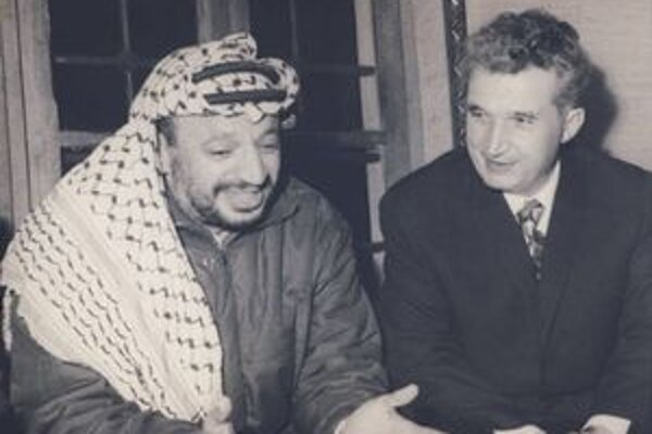 Ceauşescu (vpravo) na archívnej snímke s palestínskym lídrom Jássirom Arafatom.