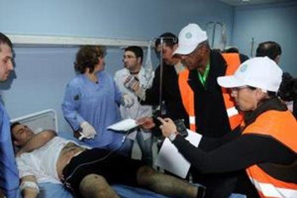 Počas zásahu bezpečnostných zložiek utrpelo zranenia najmenej osem osôb.