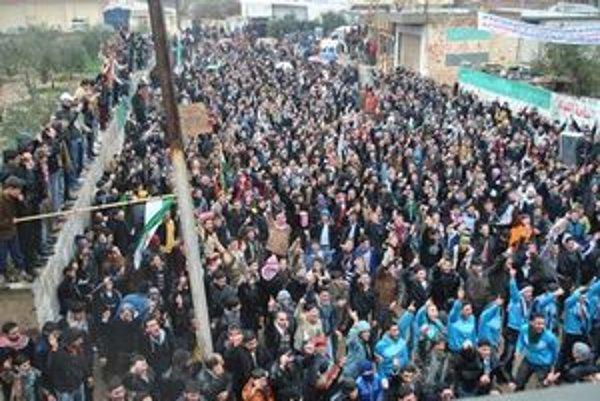 Protivládni demonštranti v meste Deir Baghlaba.