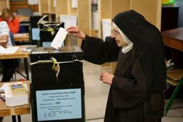 Mníška vhadzuje svoj hlas do urny vo volebnej miestnosti počas opakovaného referenda o Lisabonskej zmluve v Dubline 2. októbra 2009.