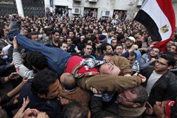 Evakuácia zraneného pred parlamentom.