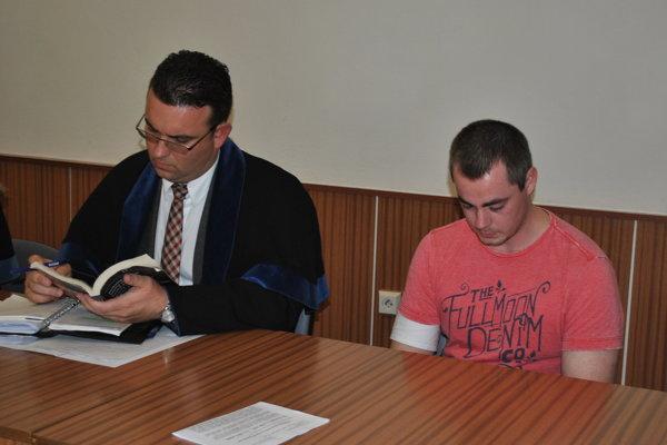 Marek na hlavnom pojednávaní. Vľavo jeho obhajca Richard Bauer.