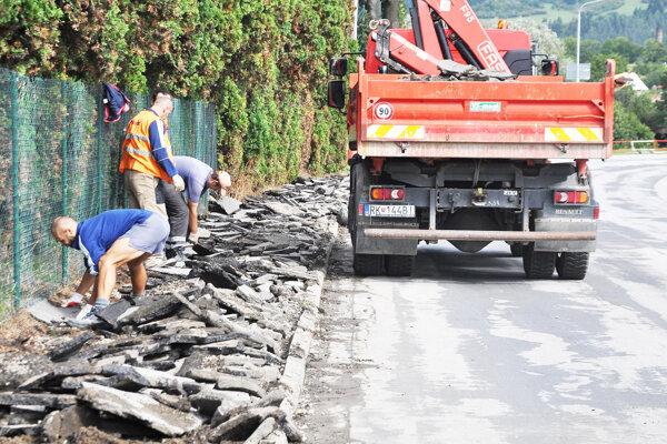 Oprava chodníka od SEZ ku lavici ponad Oravu potrvá do konca októbra.