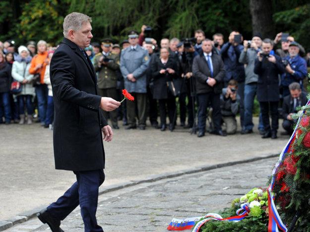 Premiér Fico pri duklianskom pamätníku.