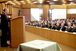 Prvé zasadnutie zastupiteľstva Žilinského samosprávneho kraja (ŽSK) sa uskutočnilo 21. decembra 2001 vo veľkej zasadačke Mestského úradu vŽiline. Podpredsedom ŽSK sa stal zástupca primátora Žiliny Milan Gavlák, za riaditeľa úradu Jozef Tarčák vymenuje poslanca ŽSK Bohuslava Budoša. Na snímke vtedajší predseda NR SR Jozef Migaš (vľavo).