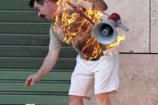 Zadlžený muž v Grécku sa minulý piatok pokúsil upáliť pred bankou.