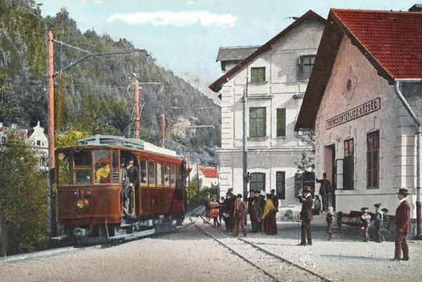 Motorový vozeň na stanici v Trenčianskych Tepliciach.