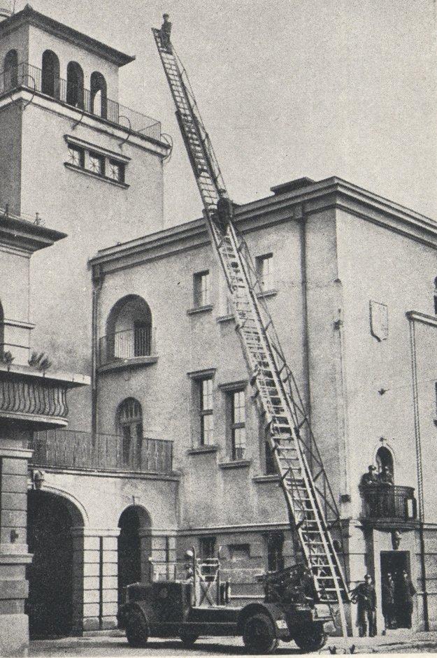 Košickí hasiči pred vlastnou stanicou s ukážkou techniky v 30. rokoch 20. stor.
