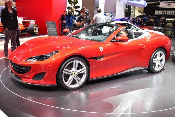 Superšportový kabriolet Ferrari Portofino. Na pohon kabrioletu, ktorý mal premiéru vo Frankfurte, slúži prepĺňaný 3,9-litrový vidlicový osemvalec s maximálnym výkonom 441 kW.