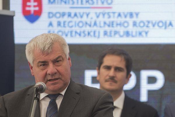 Minister dopravy Arpád Érsek počas poklepávania základného kameňa na výstavbu bratislavského obchvatu.