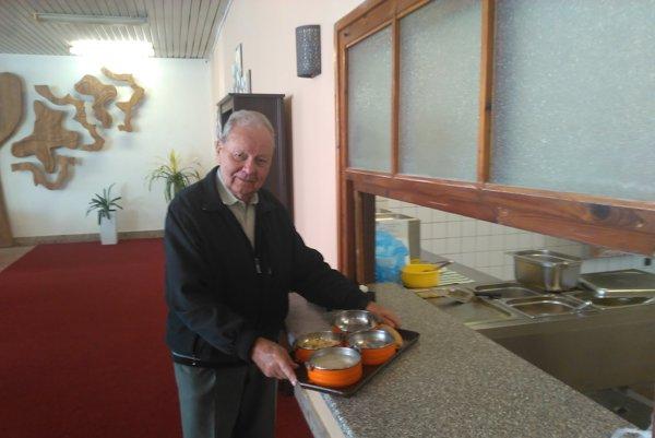 Do obedára. Pán Vantoš nie je veľký jedák. Naraz by všetko zjesť nevládal, takže väčšinou si obed nosí domov. Čo zvýši, zostáva na večeru.