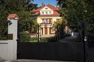 Ruskej ambasáde už donášali viacerí.