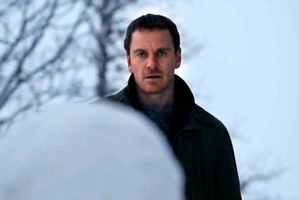 Michael Fassbender ako Harry Hole vo filme Snehuliak.