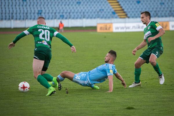 Zľava: Roland Černák z 1. FC Tatran Prešov, Erik Čikoš z ŠK Slovan Bratislava a Richard Kačala z 1. FC Tatran Prešov.