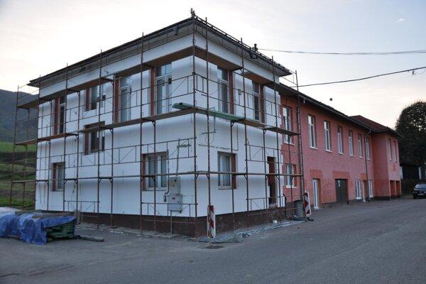 Časť budovy je už obložená polystyrénom.