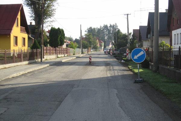 Zabezpečiť prostriedky na opravu cesty do Dovalova bola podľa primátora asi  jednou z najťažších úloh.  Nikto v Žilinskom samosprávnom kraji nemal záujem o jej opravu, všetci ju  považovali za bezvýznamnú. Cestu začali asfaltovať od kultúrneho domu v Dovalove. Práce ukončia v najbližších dňoch. Najdôležitejší je asfaltový koberec. Cestári ho  musia položiť v správnom sklone.