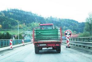 Na moste vNižnej je už vyše polroka semafor ajednosmerná premávka. Rekonštrukcia stále nezačala.
