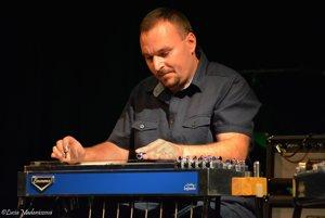 Peter Mečiar pri hre na pedálovú gitaru.