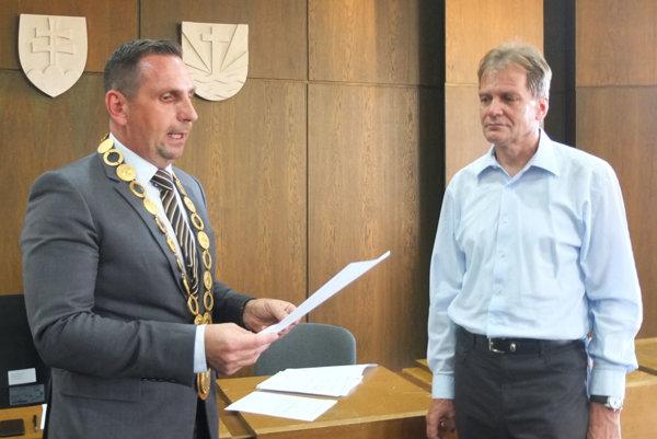 Miloš Slávik (vpravo) dnes zložil sľub poslanca.