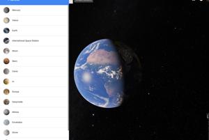 Najskôr sa vám otvorí  vzdialený pohľad na Zem. V ľavom paneli si môžete vybrať iné planéty či mesiace.