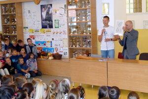 Matej Tóth odovzdal plaketu riaditeľovi školy Igorovi Ševecovi.
